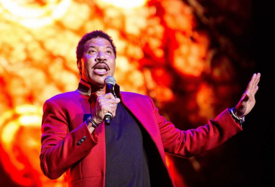 Fans groove to Lionel Richie 'All Night Long'