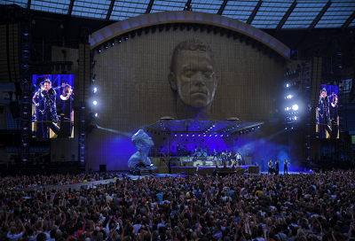 XL helps Robbie Williams entertain