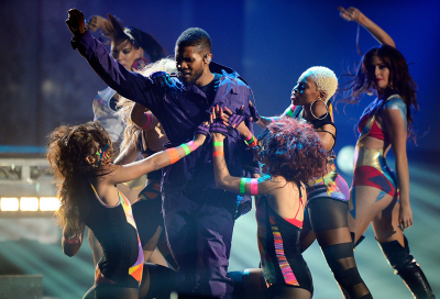 VIDEO: Usher walks off stage mid-concert