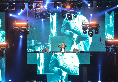 Dubai Media City Amphitheatre lights up for the French DJ's NYE 2016 fiesta.