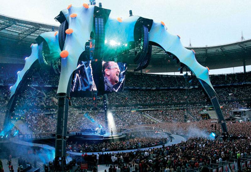U2 live.