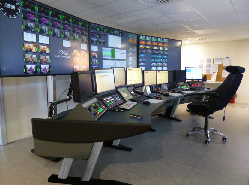 The 4.7 metre wide curved Module-R desk at Be tv Belgium.